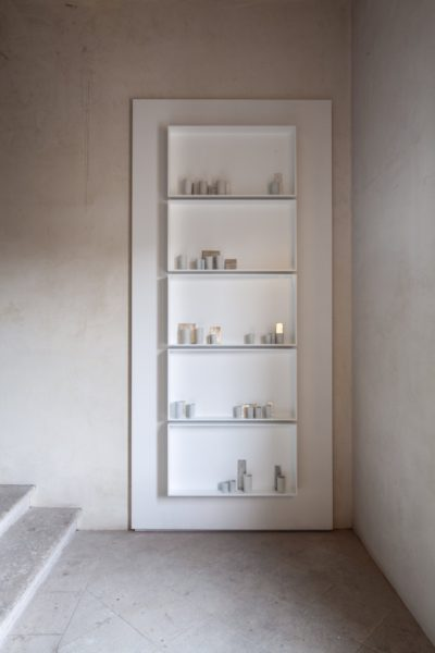 Edmund de Waal, 'a different breath' (2018). Jewish Museum, Stairwell. Part of 'psalm', an exhibition in two parts at the Jewish Museum and Ateneo Veneto, Venice. © Edmund de Waal. Courtesy of the artist. Photo: Fulvio Orsenigo